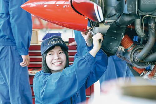 女性整備士の写真