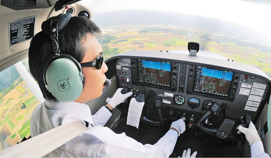 学生が航空機を操縦する写真